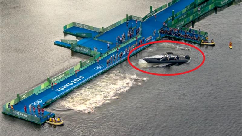 Insolite : Un bateau gêne le départ du triathlon