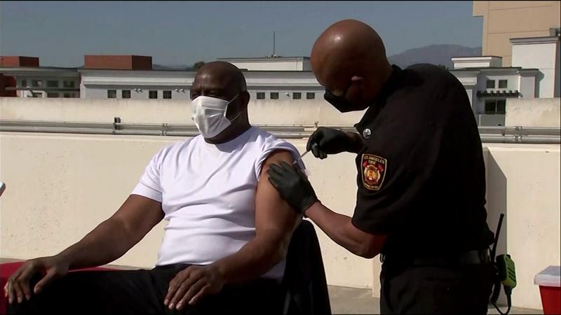 Las leyendas también hacen frente al Covid: Magic Johnson recibe la vacuna