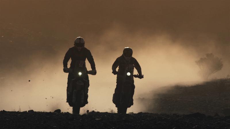 Огненный тизер «Дакара-2021», в котором идеально слились солнце, песок и рев моторов