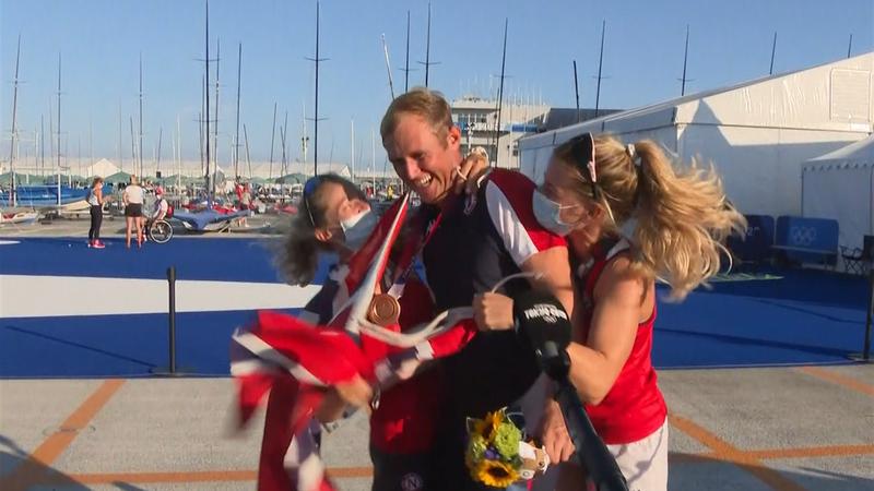 Her stormer de norske jentene medaljeintervjuet