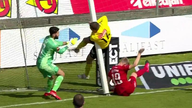 В Швеции игрок забил головой и погнул штангу – реально!