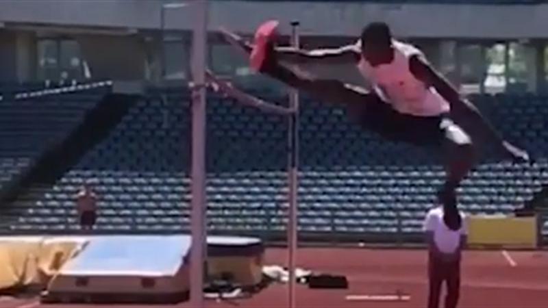 Hochsprung oder Hürdenlauf? Weltmeister nimmt 2,16 Meter im Scherensprung