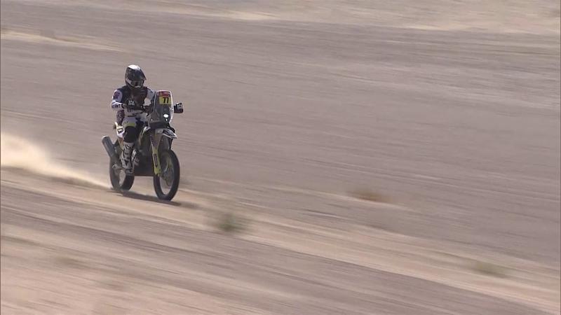 Мотогонщик не рассчитал высоту ухаба и рухнул в песок вместе с байком